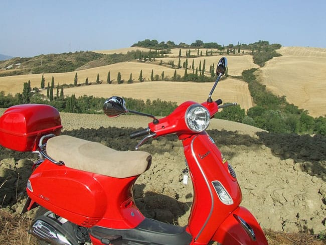 Wine tour by Vespa | Vespa tour at wineries in Tuscany with guide and sommelier